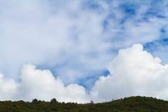 Nubes mullidas blancas en el cielo Fotografía de archivo