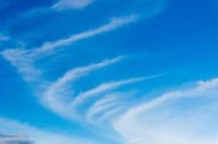 Nubes mullidas blancas en el cielo azul Foto de archivo libre de regalías