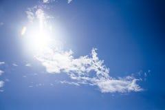 Nubes mullidas blancas en el cielo azul Imagen de archivo