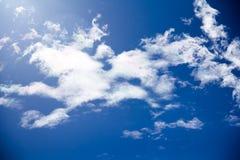 Nubes mullidas blancas en el cielo azul Fotos de archivo