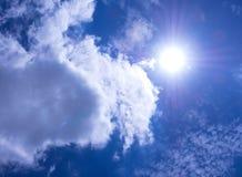 Nubes mullidas blancas en el cielo azul brillante con la luz del S imagen de archivo