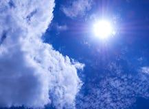 Nubes mullidas blancas en el cielo azul brillante con la luz del S fotografía de archivo libre de regalías