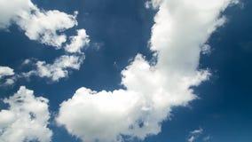 Nubes mullidas blancas que se mueven lentamente en cielo azul profundo claro en el tiempo del día en tiro constante asombroso del metrajes