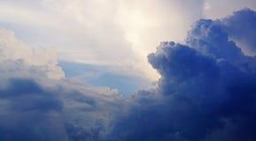 Nubes mullidas blancas y textura y fondo del cielo azul foto de archivo