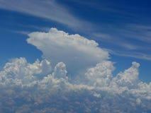 Nubes mullidas en un cielo azul Foto de archivo libre de regalías