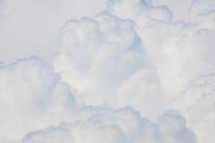 Nubes mullidas y suaves en el cielo Imagenes de archivo