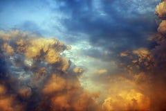 Nubes multicoloras, cielo en la puesta del sol Imagen de archivo libre de regalías