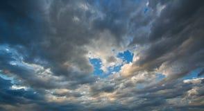 Nubes negras y cielo azul Foto de archivo libre de regalías