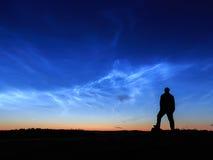 Nubes noctilucientes de Wathcing imagenes de archivo