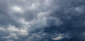 Nubes oscuras antes de la tempestad de truenos Imagen de archivo libre de regalías