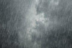 Nubes oscuras con lluvia el caer Fotos de archivo