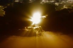 Nubes oscuras con los rayos del sol Fotografía de archivo