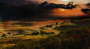Nubes oscuras de la tormenta sobre campo Imagen de archivo