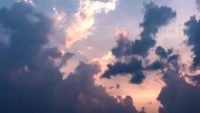 Nubes oscuras del movimiento del lapso de tiempo con luz del sol metrajes