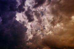 Nubes oscuras El color entonó imagen foto de archivo