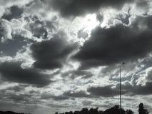 Nubes oscuras en el cielo fotografía de archivo libre de regalías