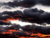 Nubes oscuras en el cielo imagenes de archivo