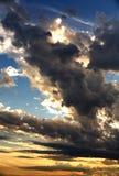 Nubes oscuras en la puesta del sol. Fotografía de archivo libre de regalías