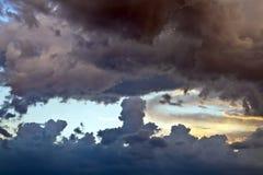 Nubes oscuras en la puesta del sol Imagenes de archivo