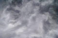 Nubes oscuras en tempestad de truenos fotos de archivo