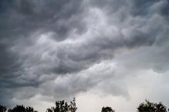 Nubes oscuras en tempestad de truenos imagenes de archivo