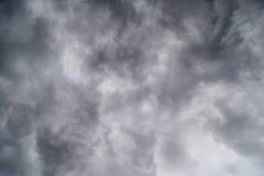 Nubes oscuras en tempestad de truenos imagen de archivo libre de regalías