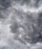 Nubes oscuras en tempestad de truenos imagen de archivo
