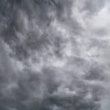 Nubes oscuras en tempestad de truenos foto de archivo libre de regalías