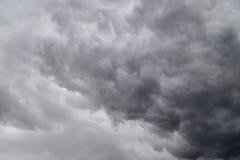 Nubes oscuras en tempestad de truenos imágenes de archivo libres de regalías