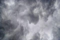 Nubes oscuras en tempestad de truenos foto de archivo