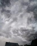 Nubes oscuras en tempestad de truenos fotografía de archivo