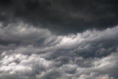 Nubes oscuras o negras en el cielo antes de llover de la tormenta Fotos de archivo libres de regalías