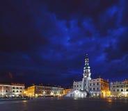 Nubes oscuras sobre ayuntamiento en Zamosc imagen de archivo libre de regalías