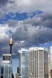 Nubes oscuras sobre ciudad Foto de archivo