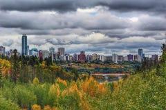 Nubes oscuras sobre Edmonton imagenes de archivo