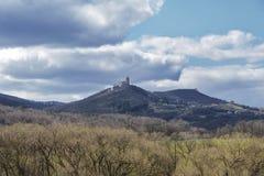 Nubes oscuras sobre el campo y los árboles Cielo y campo en la primavera Castillo de Podhradie en Eslovaquia en la primavera foto de archivo libre de regalías