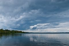 Nubes oscuras sobre el lago Imagen de archivo
