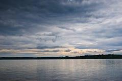 Nubes oscuras sobre el lago Imagenes de archivo
