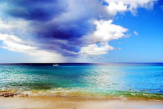 Nubes oscuras sobre el mar del Caribe imagen de archivo