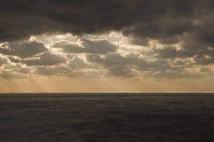 Nubes oscuras sobre el Océano Atlántico Fotos de archivo libres de regalías