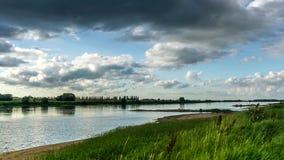 Nubes oscuras sobre el río el Vístula almacen de metraje de vídeo