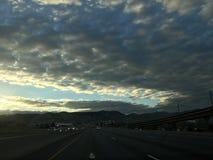 Nubes oscuras sobre la carretera Imagenes de archivo