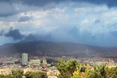 Nubes oscuras sobre la ciudad de Barcelona Imágenes de archivo libres de regalías