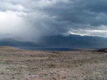 Nubes oscuras sobre la isla Pag en Croacia en otoño Imágenes de archivo libres de regalías