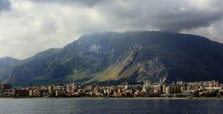 Nubes oscuras sobre las montañas Fotos de archivo