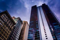Nubes oscuras sobre una ciudad del rascacielos en el centro, Philadelphia, Penn Foto de archivo libre de regalías