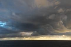 Nubes oscuras tempestuosas Fotografía de archivo libre de regalías