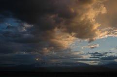 Nubes oscuras y ligeras Imágenes de archivo libres de regalías
