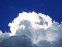 Nubes oscuras y ligeras Fotos de archivo libres de regalías