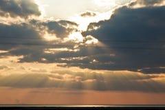Nubes oscuras y puesta del sol imagen de archivo